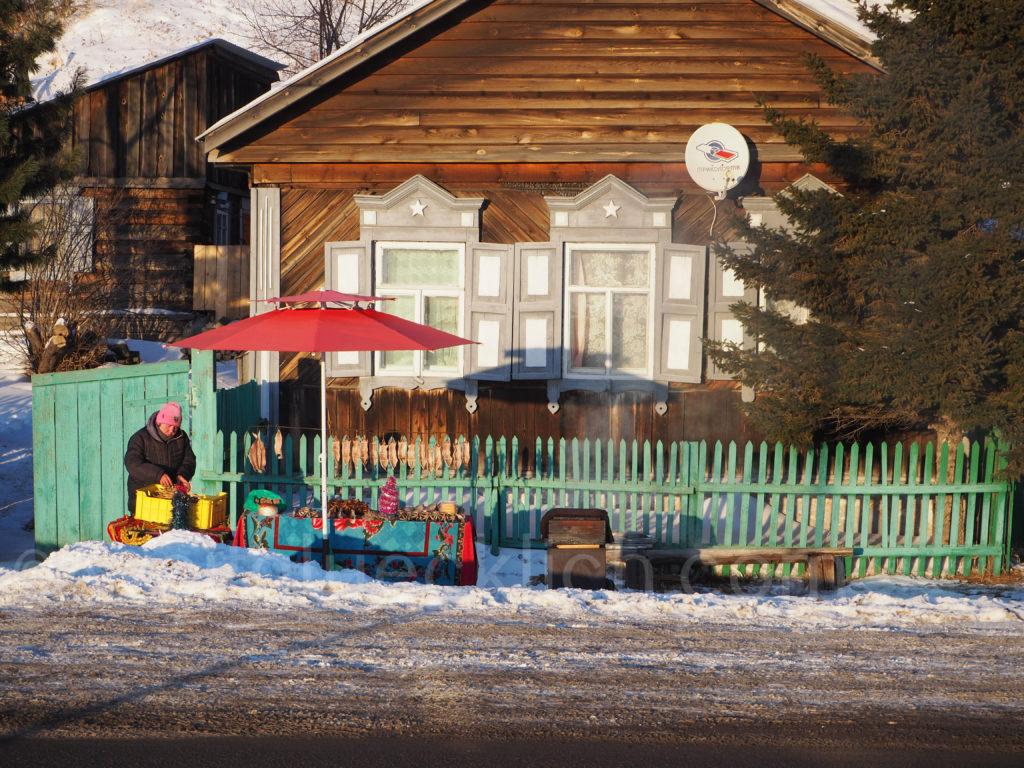 Listwjanka Baikalsee Winter Eis Omul Verkaeufer Straßenrand
