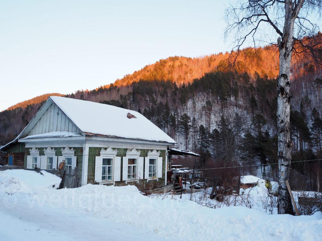 Listwjanka Baikalsee Winter Schnee Holzhaus Sibirien