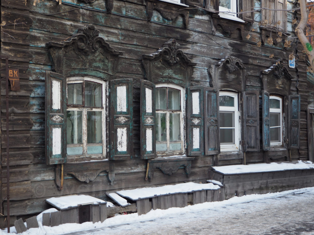 Irkutsk Sibirien Holzhaus alt Fenster Schnitzereien