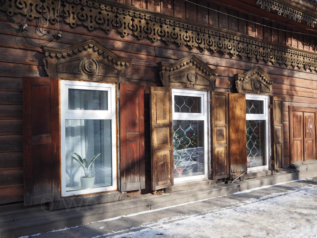 Irkutsk Sibirien Holzhaus restauriert Fenster verziert