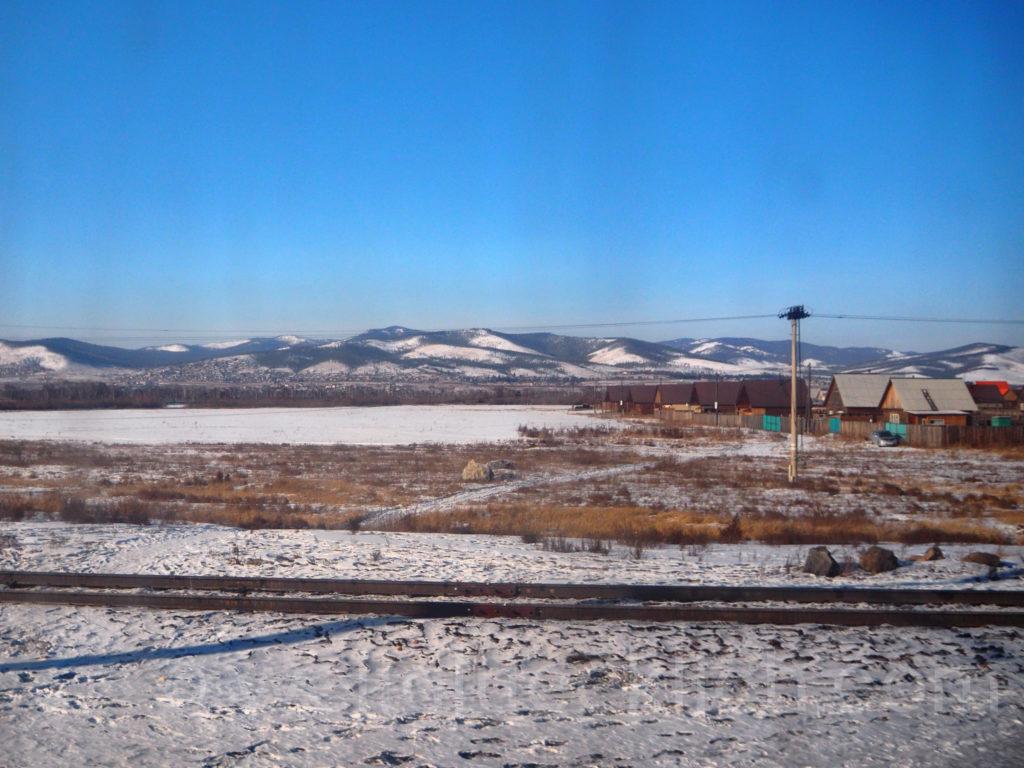 Transsib Transsibirische Eisenbahn Winter Dorf Steppe Berge