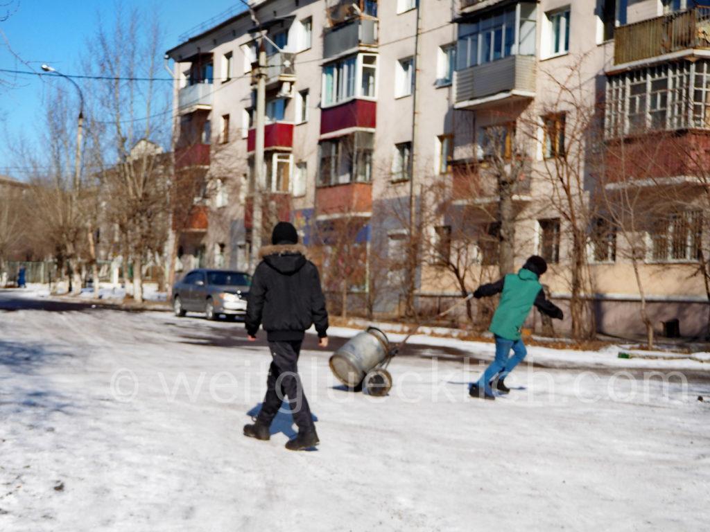 Tschita Transbaikalien Kinder Wasser holen