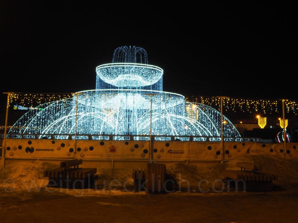 Tschita Sibirien Winter Leninplatz Brunnen beleuchtet