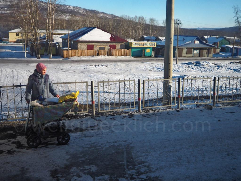 Weltreise 2020 Transsib Transsibirische Eisenbahn Sibirien Winter Bahnsteig Amasar Essensstand Babushka
