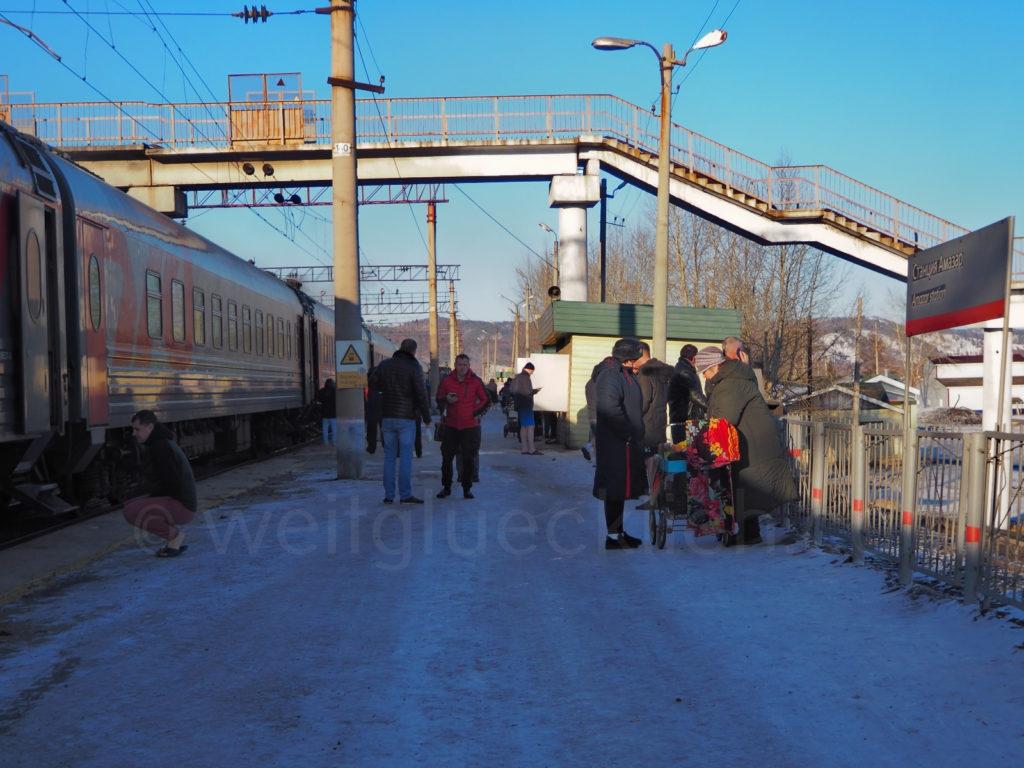 Weltreise 2020 Transsib Transsibirische Eisenbahn Sibirien Winter Bahnsteig Amasar