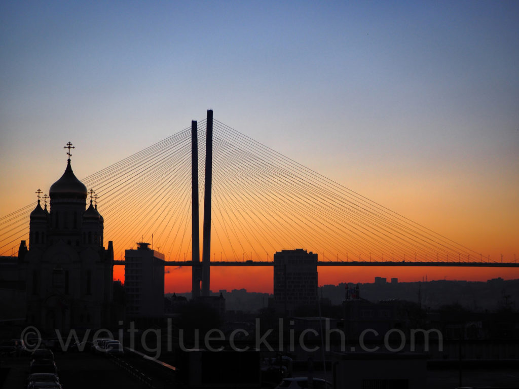 Russland Wladiwostok Goldenes Horn Bruecke Verklaerungskathedrale Kathedrale Sonnenaufgang