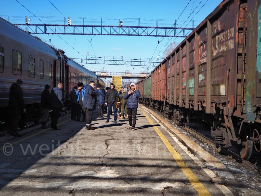 Weltreise 2020 Transsib Transsibirische Eisenbahn Sibirien Oblutschje Bahnsteig
