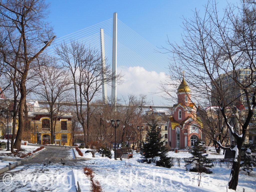 Russland Wladiwostok Admiralspark Kapelle Goldene Horn Burecke Winter