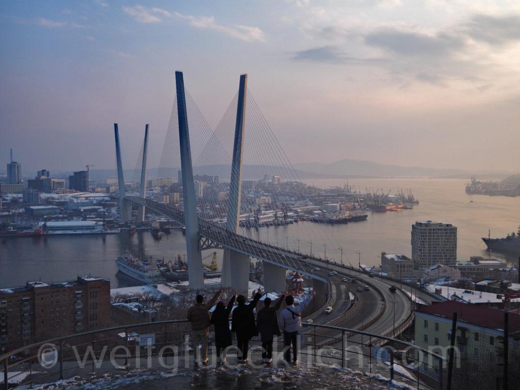 Russland Wladiwostok Adlernest Aussichtspunkt Winter Goldenes Horn Bruecke Hafen