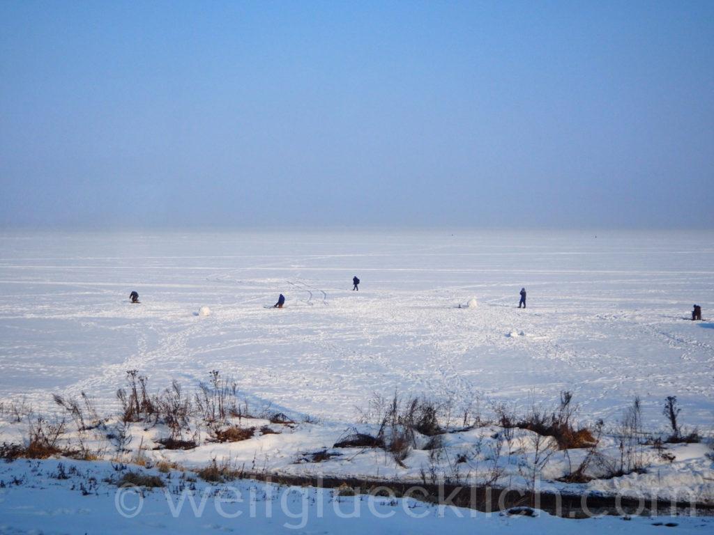 Russland Wladiwostok Amurbucht Pazifik gefroren Eisfischer