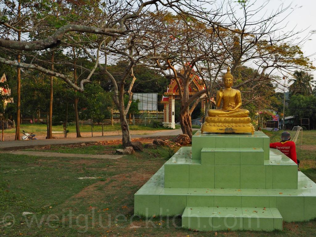 Thailand Koh Chang Bang Bao buddhistischer Tempel Buddha Fussballplatz
