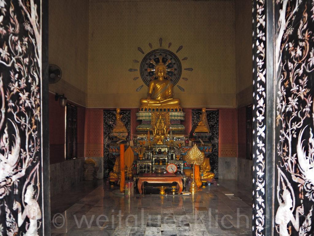 Thailand Koh Chang Wat Khlong Phrao Tempel innen Buddha