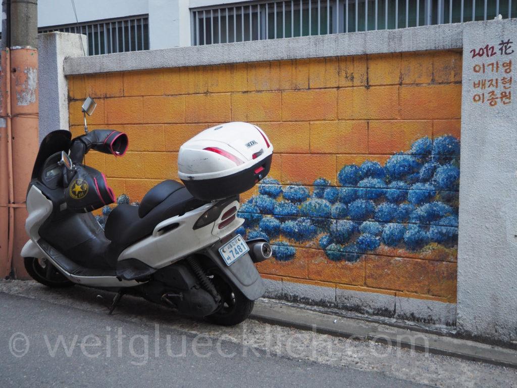 Weltreise 2020 Suedkorea Seoul Hongdae Univiertel Motorrad Winter Handschuhe am Lenker