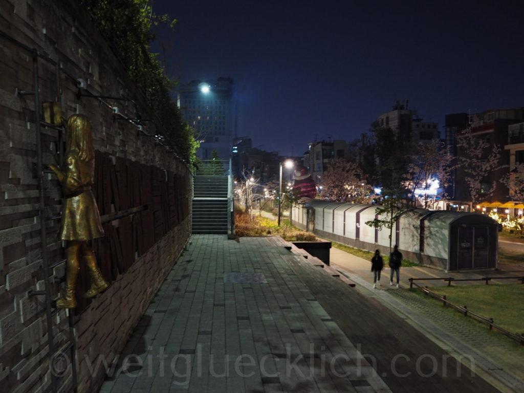 Weltreise 2020 Suedkorea Seoul bei Nacht Hongdae Gyeongui line book street Kirschbluete cherry blossom night