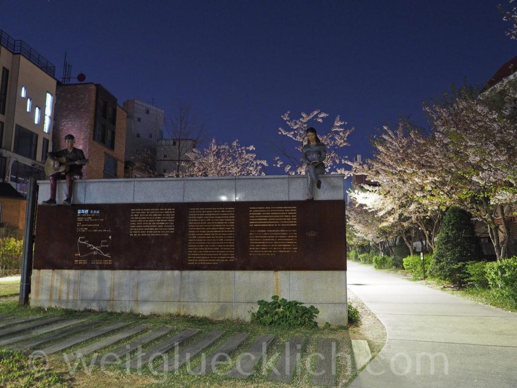 Weltreise 2020 Suedkorea Seoul  Hongdae Gyeongui Line Book Street Buecherpark Kirschbluete Nacht