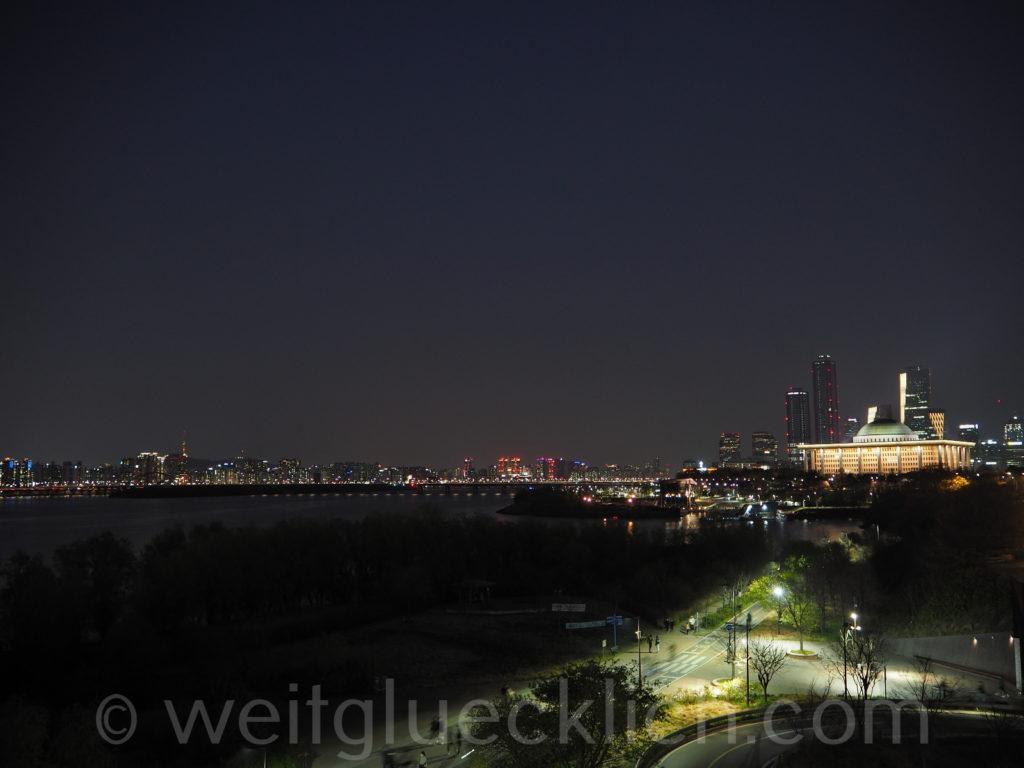 Weltreise 2020 Suedkorea Seoul Hangang Park skyline Seoul in the dark Nationalversammlung