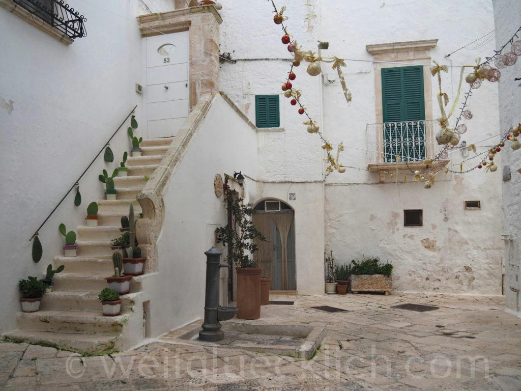 Weltreise 2020 Italien Apulien Valle d'ItriaTrulli Locorotondo Weihnachten Gassen