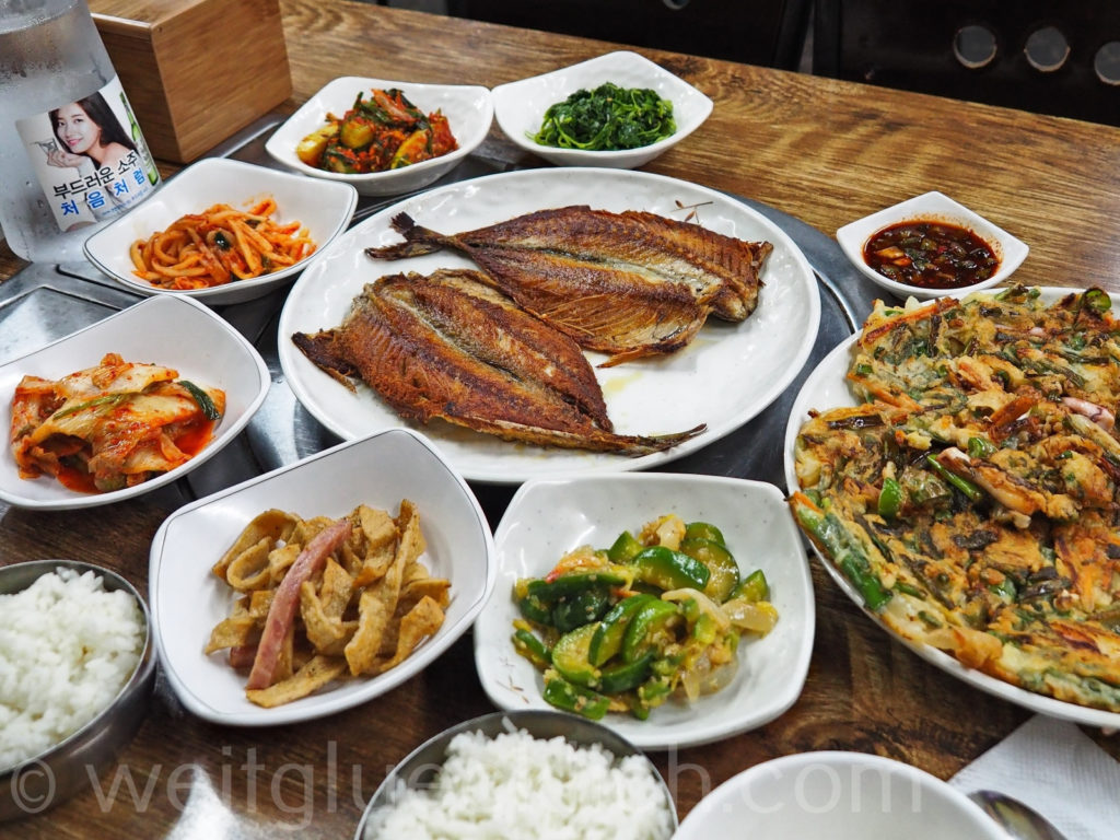 Weltreise 2020 Suedkorea Seoul Seoul Folk Flea Market korean food seafood pancake fish kimchi