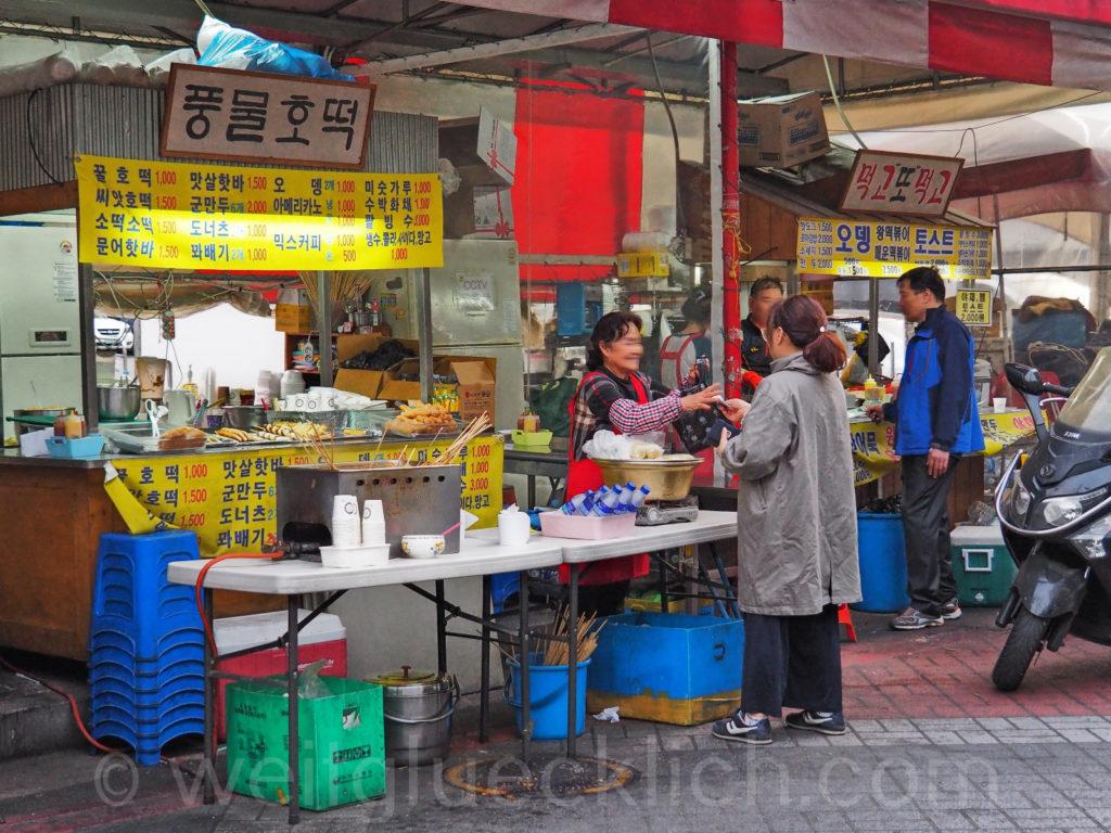 Weltreise 2020 Suedkorea Seoul Sinseol-dong Seoul Folk Flea Market  outdoor street food
