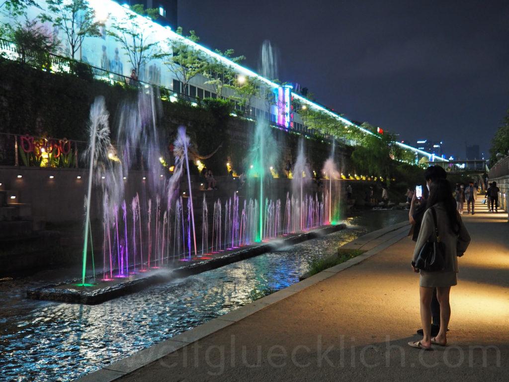 Weltreise 2020 Suedkorea Seoul Cheonggyecheon stream Wasserspiele Beleuchtung
