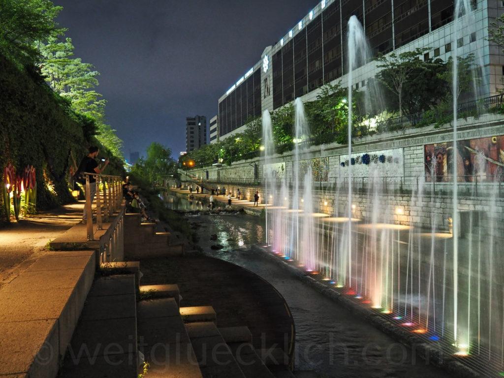 Weltreise 2020 Suedkorea Seoul Cheonggyecheon stream Abend Wasserspiele