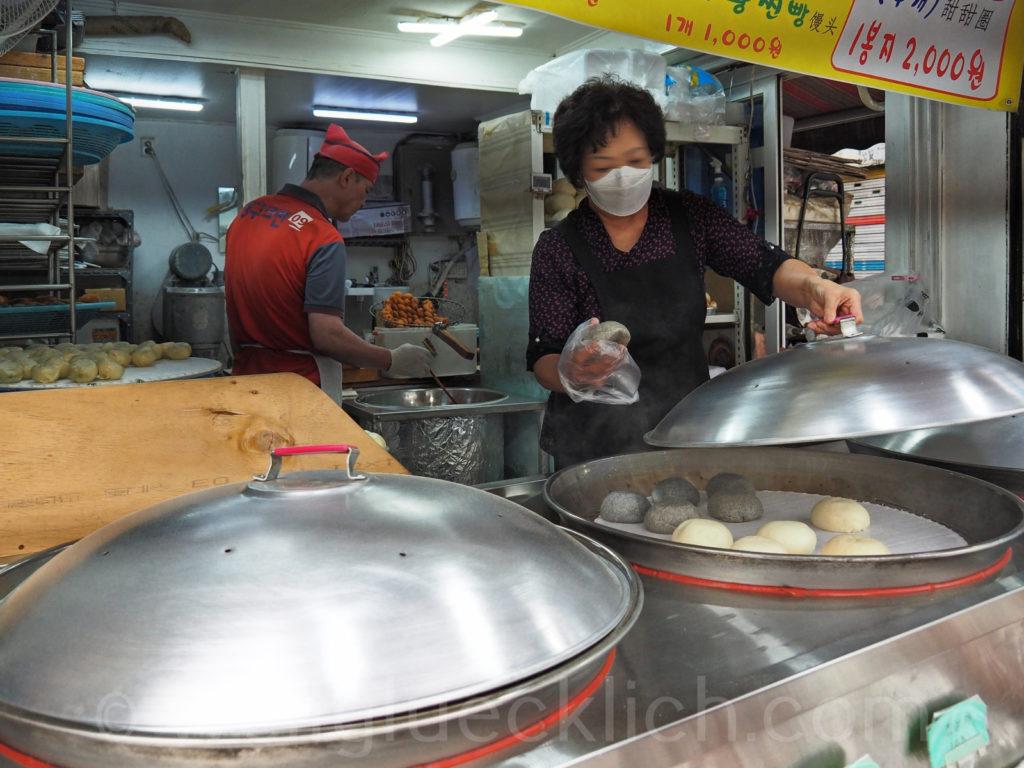 Weltreise 2020 Suedkorea Seoul Dongdaemun-gu Jjin-bbang gedaempfte Hefebroetchen