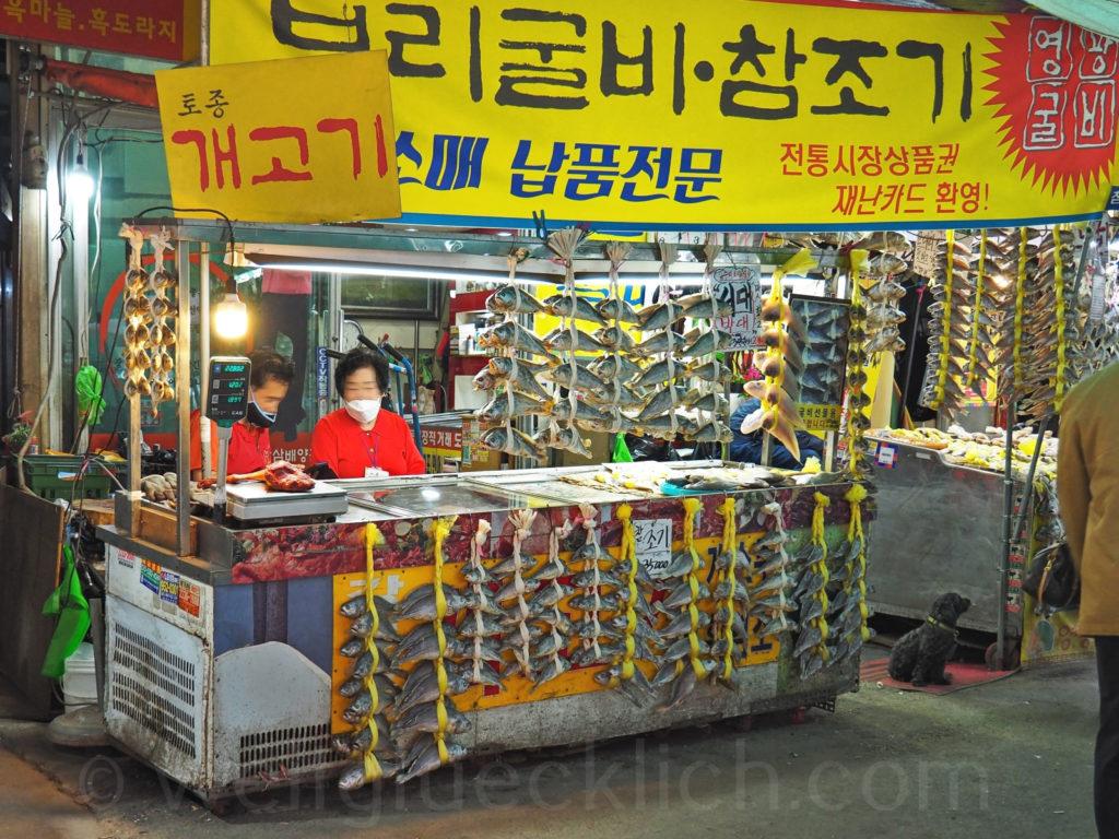 Weltreise 2020 Suedkorea Seoul Gyeongdong Market getrockneter Weissfisch
