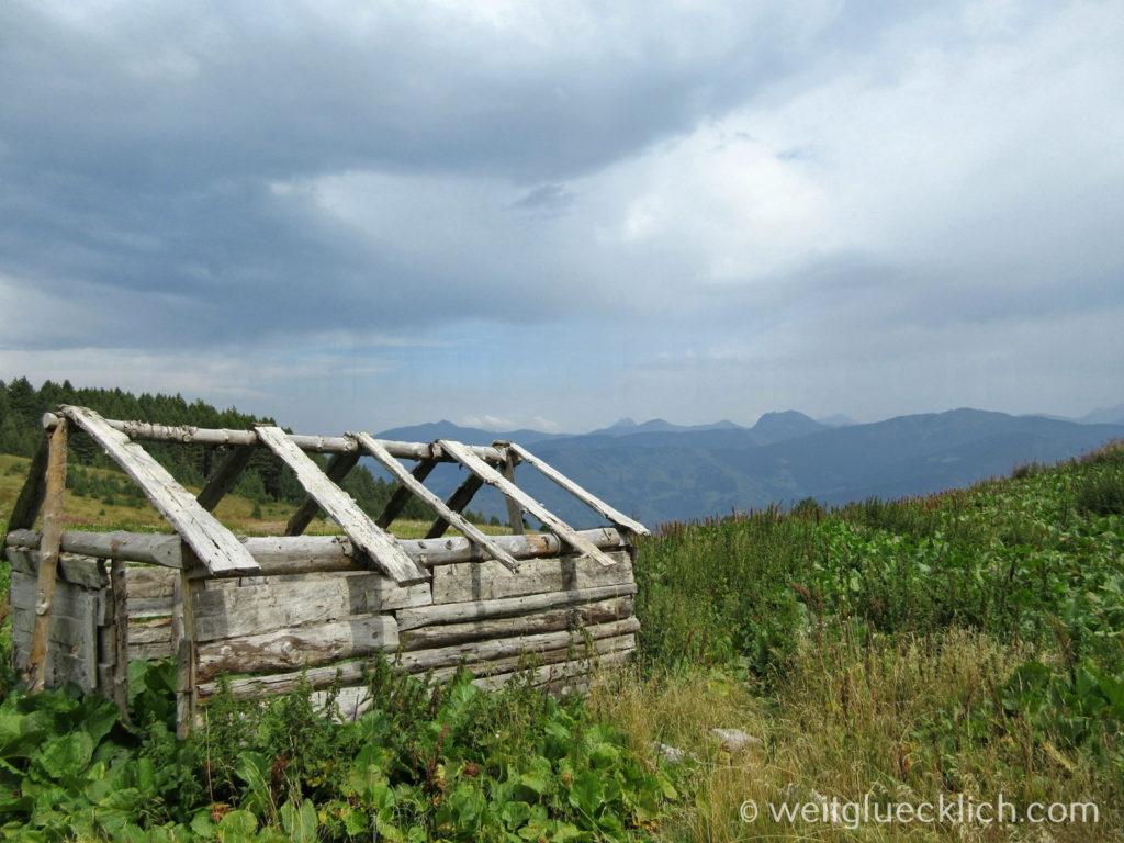 Peaks of the balkans Montenegro Wandern verlassene Hirtensiedlung
