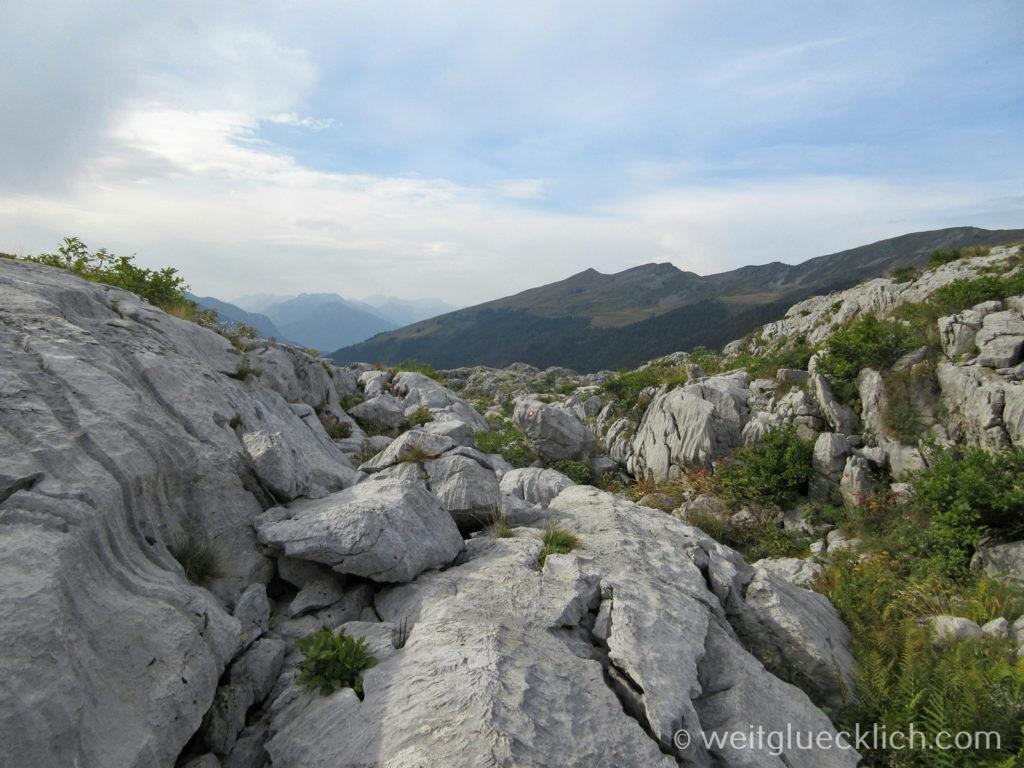 Peaks of the balkans Montenegro Wanderweg schroffe Felsen