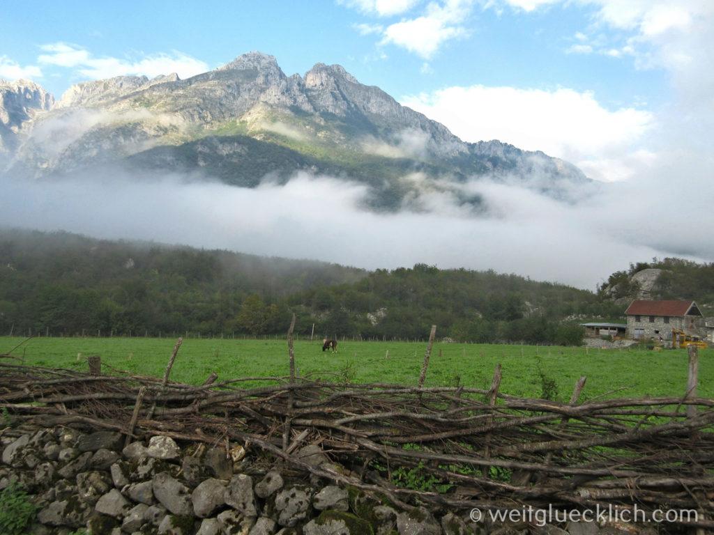 Peaks of the balkans Montenegro Vusanje Wiese und Berge