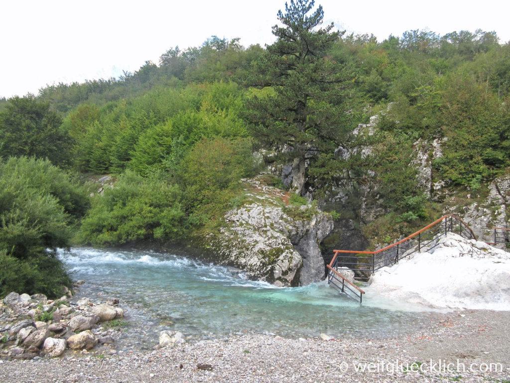 Peaks of the balkans Montenegro Vusanje Grlja Gebirgsbach Wasserfall