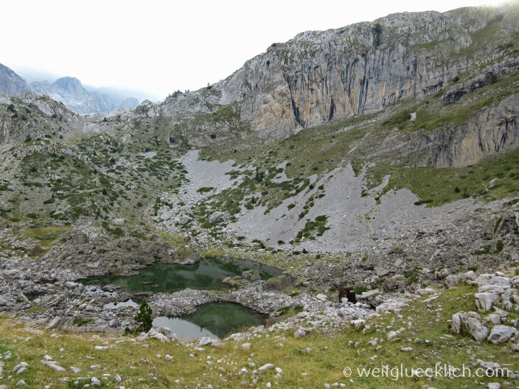 Peaks of the balkans Albanien ehemals verbotene Zone Bunker See Berge