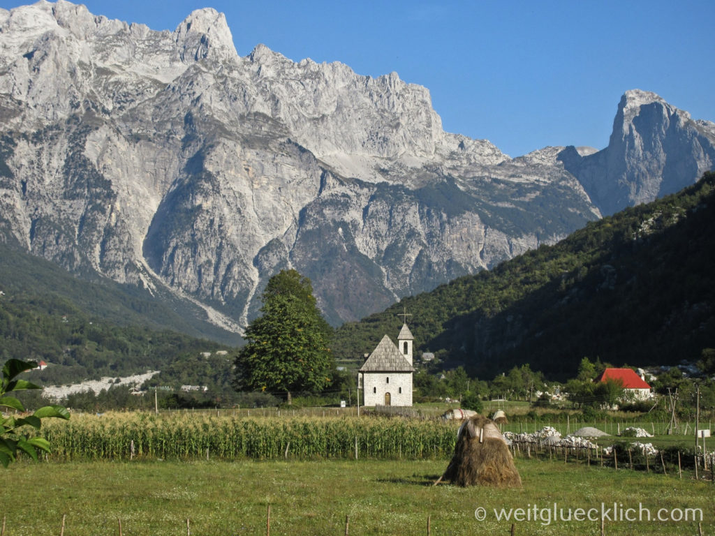 Peaks of the Balkans Montenegro Albanien Theth Dorfkirche