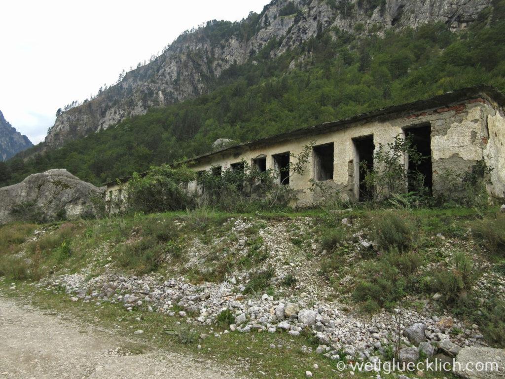 Peaks of the Balkans Albanien Cerem verlassene Gebaeude