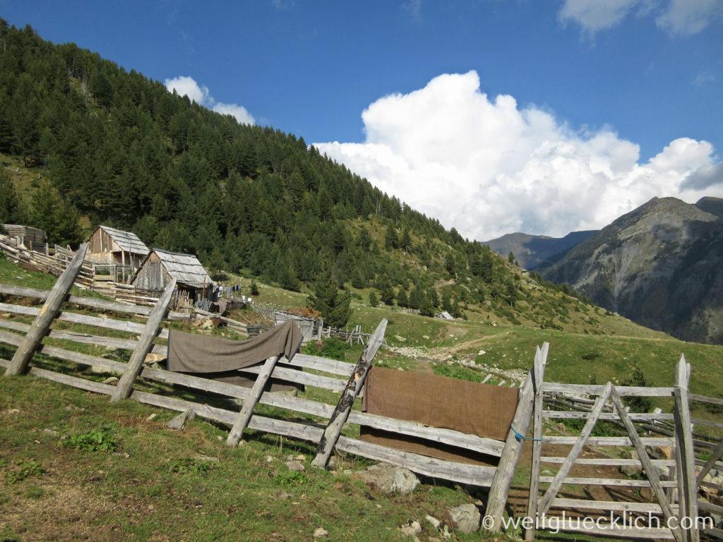 Peaks of the Balkans Hirtendorf Albanien Balqin Kaffee