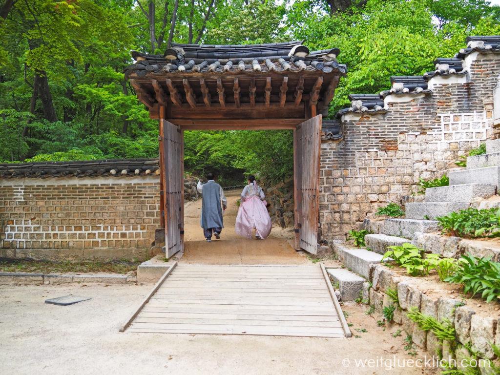 Weltreise 2020 Suedkorea Seoul Sightseeing Changdeokgung Palast Paerchen Hanbok