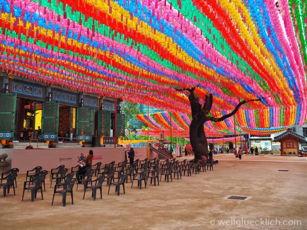 Weltreise 2020 Suedkorea Seoul Sightseeing Jogyesa Tempel Laternen Schnurbaum