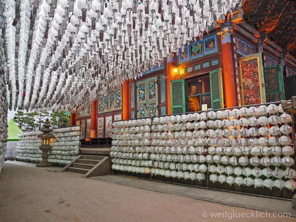 Weltreise 2020 Suedkorea Seoul Sightseeing Jogyesa Tempel weisse Laternen Ahnen