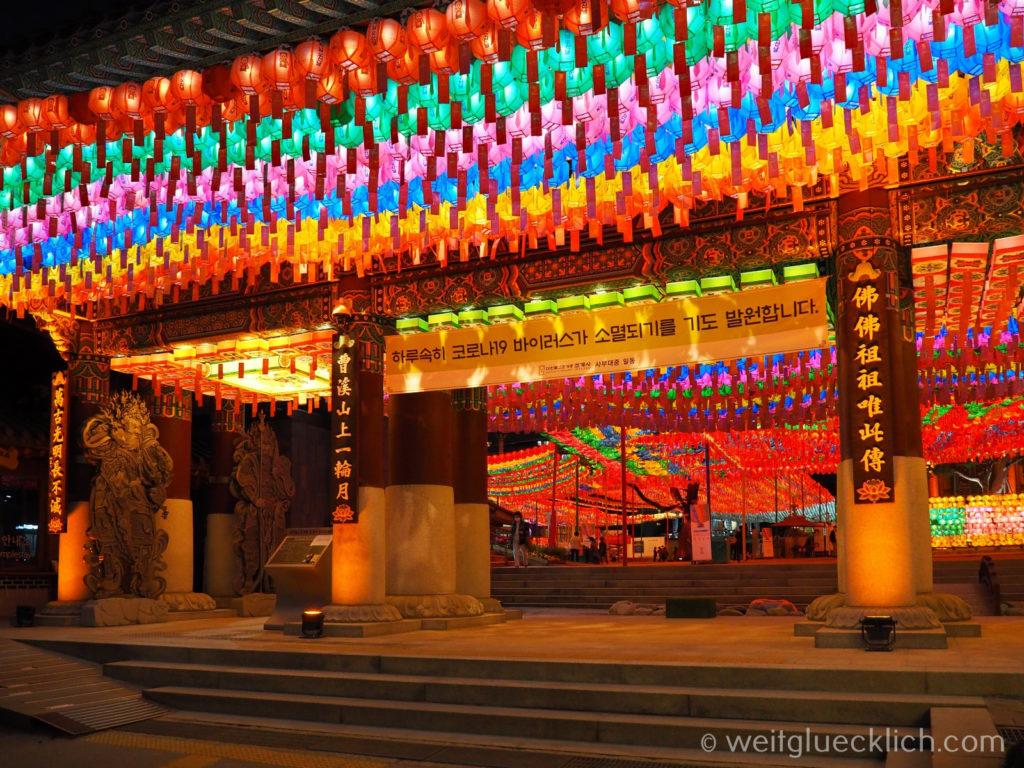 Weltreise 2020 Suedkorea Seoul Sightseeing Jogyesa Tempel Eingang im Dunklen