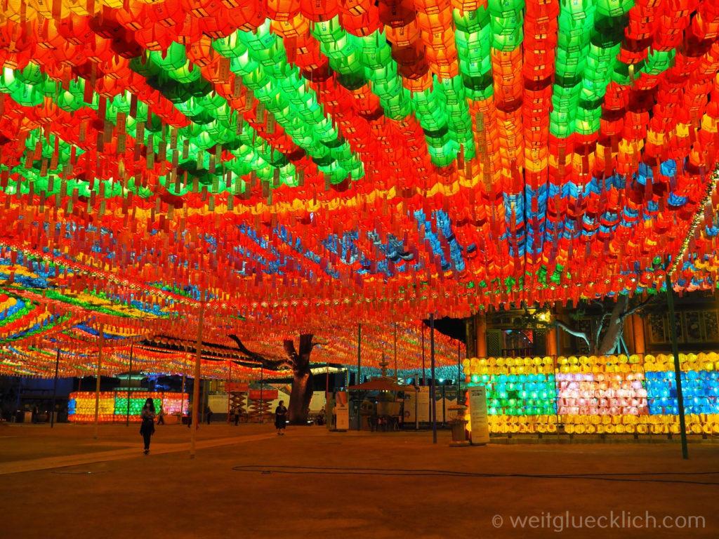 Weltreise 2020 Suedkorea Seoul Sightseeing Jogyesa Tempel Schnurbaum leuchtende Laternen