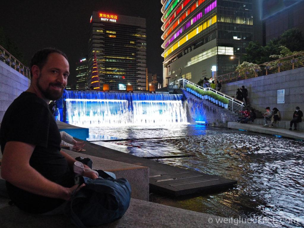 Weltreise 2020 Suedkorea Seoul Sightseeing Cheonggyecheon Quelle beleuchtet