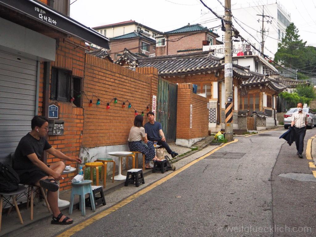 Weltreise 2020 Suedkorea Seoul Sightseeing Bukchon Hanok Village Strassencafe