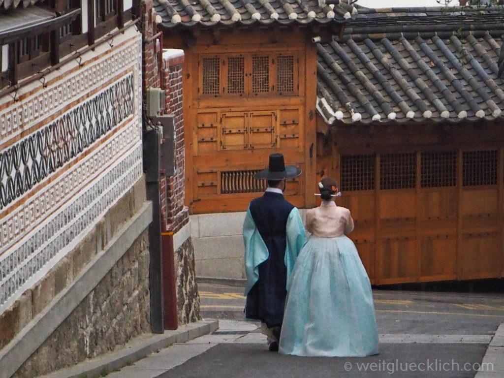 Weltreise 2020 Suedkorea Seoul Sightseeing Bukchon Hanok Village Paerchen Hanbok