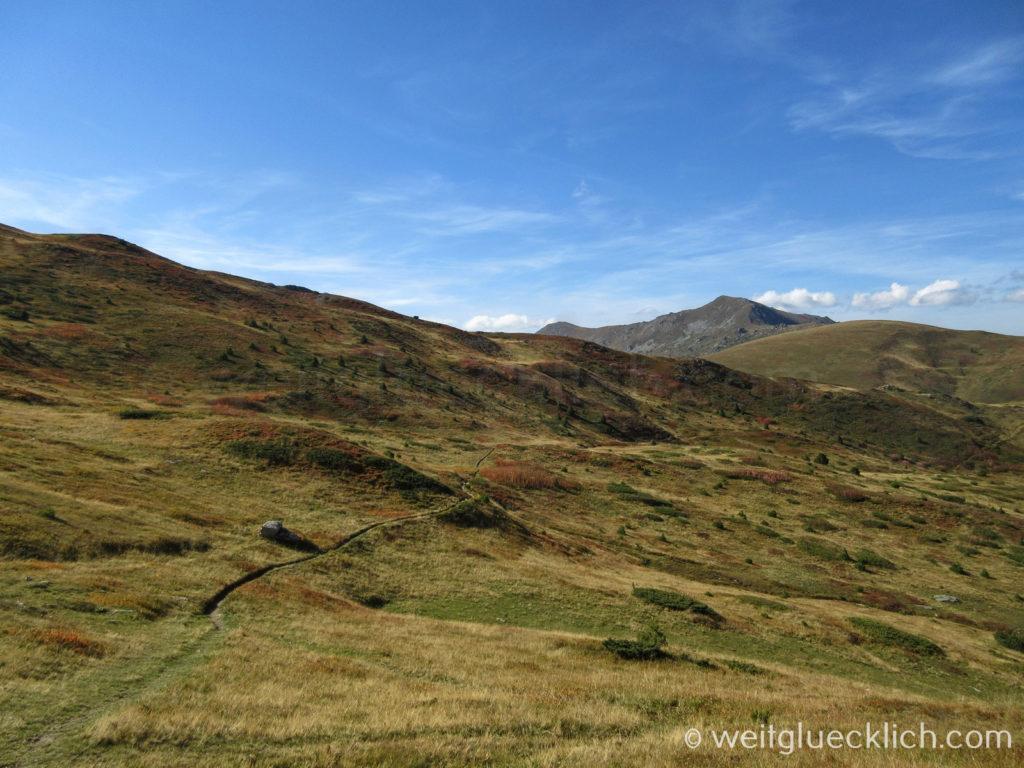 Peaks of the Balkans Kosovo Montenegro Wanderweg Bergwiese